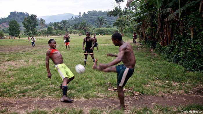 Milizionäre und Dorfbewohenr spielen Fußball (Foto: Alexis Bouvy)