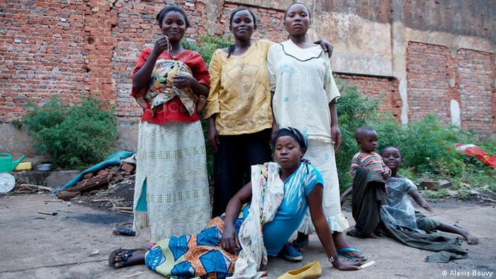 Eine Gruppe von Frauen posiert vor einer Mauer (Foto: Alexis Bouvy)