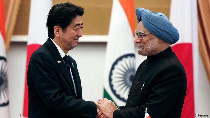 Japan's Prime Minister Shinzo Abe (L) and his Indian counterpart Manmohan Singh shake hands after addressing the media at Hyderabad House in New Delhi January 25, 2014.