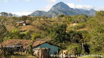 Photo: A village in a mountainous region (Foto: picture alliance / Robert Harding)