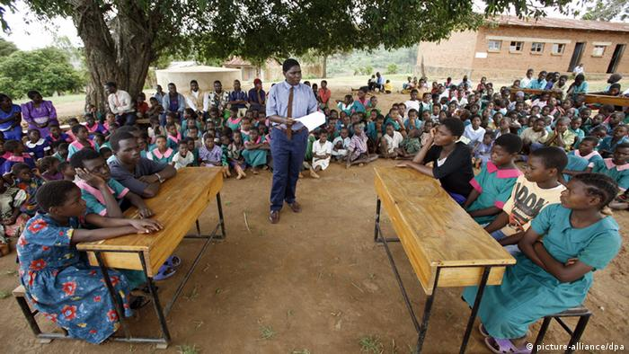 Weltbildungsbericht Malawi - Schule unter freiem Himmel (picture-alliance/dpa)