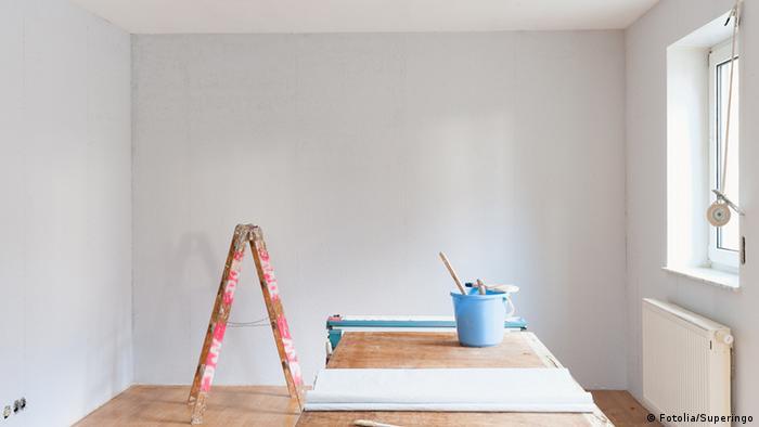 In einer Wohnung wird die Tapete erneuert