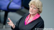 Staatsministerin für Kultur und Medien, Monika Grütters (CDU) spricht am 29.01.2014 in Berlin während der Sitzung des Bundestags. Foto: Maurizio Gambarini/dpa