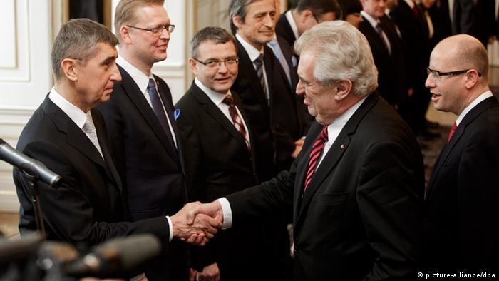 Präsident Zenan reicht Finanzminister Babis die Hand (Foto: dpa)