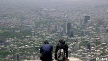Panorama aus den nördlichen Höhen der iranischen Hauptstadt Teheran , einsames Paar. Quelle: Isna