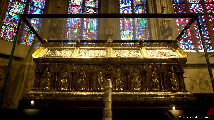 В этом ковчеге в Ахенском соборе хранятся останки Карла Великого