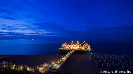 der erleuchtete Pier in Sellin bei Nacht