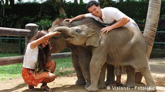 Два человека со слоненком