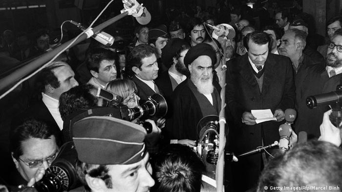 Ayatollah Khomeini bei einer Pressekonferenz in Paris (Foto:afp)