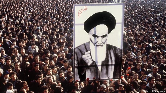 Demonstranten protestieren gegen den Schah und halten ein Bild Khomeinis in die Höhe (Foto:afp)