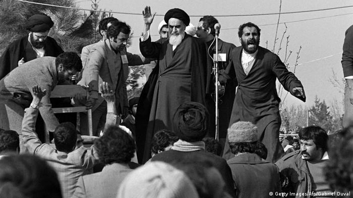 Аятолах Хомейни е пламенен противник на шаха и основен идеен лидер на Ислямската революция
