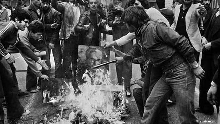 Революционери горят портрета на Мохамед Реза Пахлави
