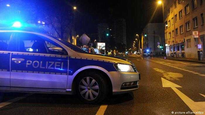 Die Polizei sperrt nach dem Fund einer Weltkriegsbombe Straßen ab (Foto: dpa)