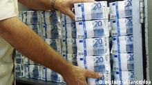ARCHIV - ILLUSTRATION - Banknoten von 50, 20 und 10 Euro liegen am 29.09.2010 in Magdeburg. Der Staat kann bis 2017 mit 14 Milliarden Euro mehr Steuereinnahmen rechnen als bisher geplant. Foto: Jens Wolf/dpa (zu dpa Schätzer: 14 Milliarden Euro mehr Steuereinnahmen für Staat vom 07.11.2013) +++(c) dpa - Bildfunk+++