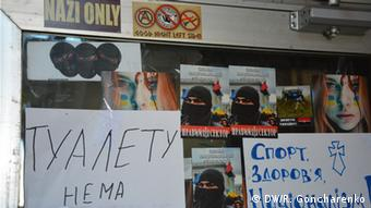 Signs and stickers with Ukrainian letters on a wall (Foto: Roman Goncharenko/DW)