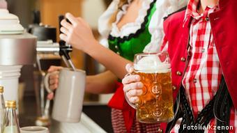 Официантка наливает пиво
