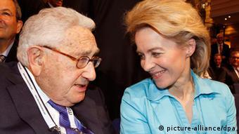 Ursula von der Leyen und Henry Kissinger auf der Sicherheitskonferenz 2014 in München (Foto: dpa)