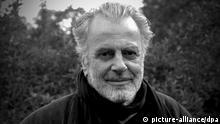 Schauspieler Maximilian Schell steht am 31.5.2002 vor dem Wasserschloss Glücksburg an der Ostsee. Das 430 Jahre alte Schloss stellt die Kulisse für eine neue ZDF-Serie mit Schell in der Hauptrolle als Friedrich Fürst von Thorwald. Die Dreharbeiten für die ersten sechs Folgen mit dem Arbeitstitel «Mehr als alles» haben am 31.5. begonnen. Dahinter verbirgt sich eine Geschichte um die junge Ursula Kaminski, die uneheliche Tochter des Grafen, die zur Adligen von Lichtenthal wird. Die Serie soll voraussichtlich von Frühjahr 2003 an ausgestrahlt werden.