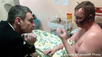 Vitali Klitschko and Dmitri Bulatov (Foto: AP Photo)