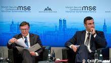 Oppositionspolitiker Vitali Klitschko und Außenminister Leonid Koschara bei der Sicherheitskonferenz München Bayern 2014