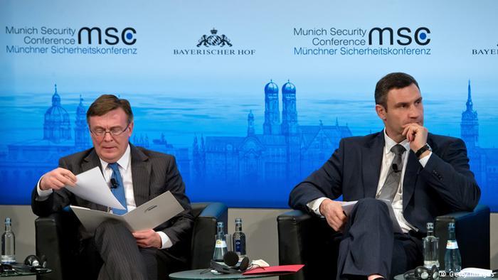 Бывший глава МИД Украины Кожара (слева) на Мюнхенской конференции, 2014 год