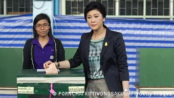 Wahlen in Thailand - Thai Prime Minister Yingluck Shinawatra casts her vote in s ballot box at a polling station in Bangkok on February 2, 2014. (Photo: AFP)
