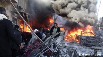Syrische Luftwaffe bombardiert Aleppo Zivilisten sterben durch Fassbomben