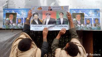 Wahlhelfer beim Plakatekleben in Dschalalabad (Foto: Reuters)