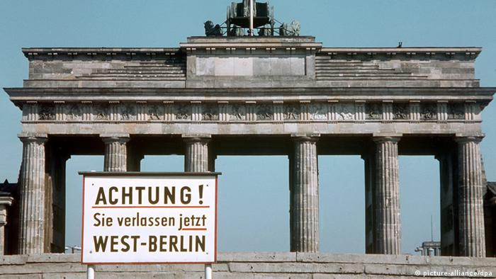 Schild vor dem Brandenburger Tor Berlin DDR