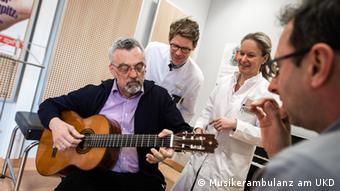 Ahli saraf Ulrike Kahlen dan ahli bedah tangan Tim Lögters memeriksa seorang gitaris