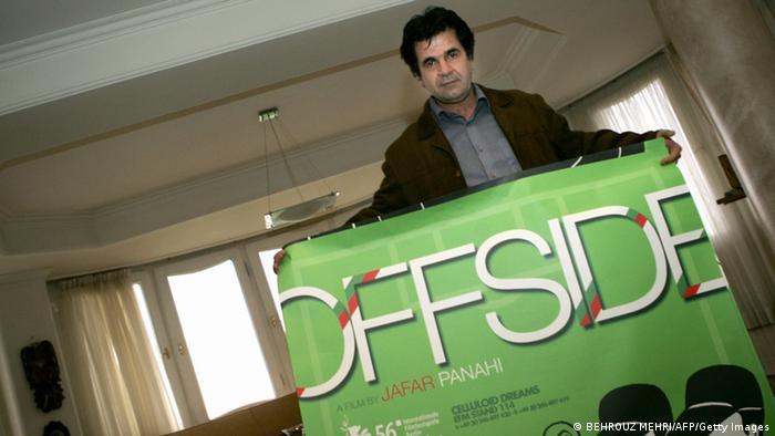 جعفر پناهی که در سال ۱۹۹۶ با بادکنک سفید در برلیناله حضور داشت، ده سال بعد در پنجاه و ششمین دوره از برلیناله (۲۰۰۶) توانست با فیلم آفساید رأی هیات داوران اصلی را کسب کند و دومین خرس نقرهای بهترین کارگردانی را برای سینمای ایران به ارمغان آورد.