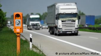 Photo of emergency phone in foreground on autobahn Photo: Marc Müller dpa/lby