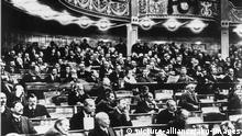 Weimarer Nationalvers. /1919/ Foto. Weimarer Republik / Weimarer National- versammlung im Nationatheater in Weimar (eroeffnet am 6. Februar 1919). - Blick auf die Abgeordneten und den 1. Rang mit den Pressevertretern.- Foto, 1919.