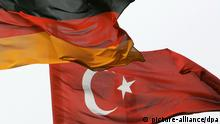 Nebeneinander wehen am Dienstag (17.04.2007) auf der Hannover Messe Industrie die Hannover Messe-Fahne sowie die deutsche und die türkische Nationalflagge (r) im Wind. Die weltgrößte Technikschau steht in diesem Jahr ganz im Zeichen der aktuellen Diskussionen um Klimawandel und Energiepolitik. Zur Messe präsentieren vom 16. bis zum 20. April 2007 etwa 6400 Aussteller aus über 60 Ländern ihre Produkte, darunter 276 aus dem diesjährigen Partnerland Türkei. Foto: Peter Steffen dpa/lni +++(c) dpa - Report+++ pixel