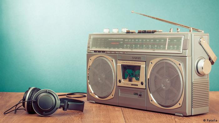 Retro Radio & Kopfhörer vor Mint Hintergrund