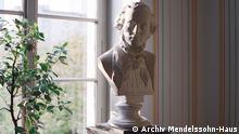Beschreibung: Fast ein Jahr wurde das Mendelssohn-Haus in Leipzig umgebaut. Es ist das einzig erhalten gebliebene Wohnhaus des Komponisten. Das neu gestaltete Gebäude ist jetzt wieder zu bestaunen. 1. Büste nach Rietschel