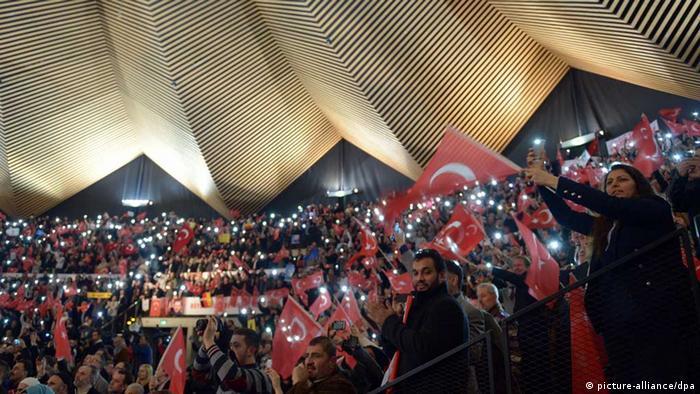 Anhänger bejubeln Erdogan im Berliner Tempodrom (Foto: dpa)