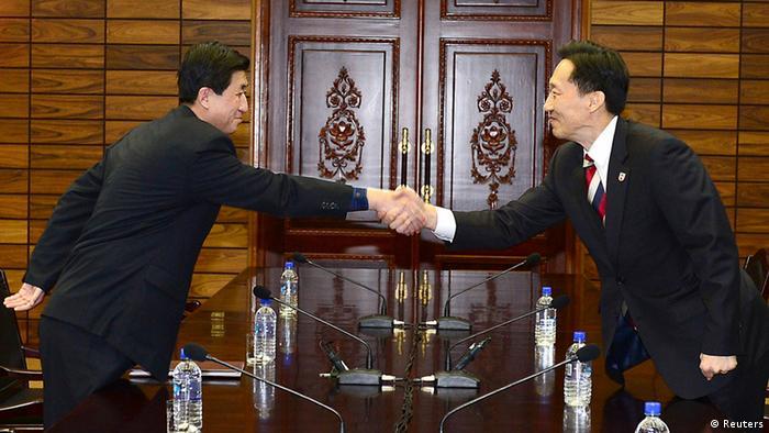 Director de delegación norcoreana, Park Yong-il (izqda.) saluda a su homólogo surcoreano, Lee Duk-haeng.