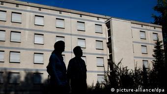 Zwei Personen im Schatten vor dem ehemaligen Marienkrankenhaus. (Foto: Fabian Stratenschulte dpa/lnw)