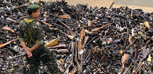 Soldado observa cerca de dez mil armas de fogo confiscadas pela polícia e destruídas no Rio de Janeiro em 2002