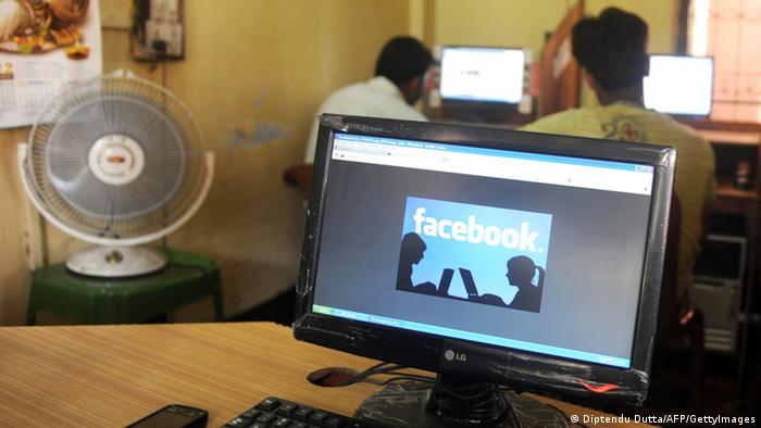 Facebook in einem Internet-Café in Siliguri, Indien