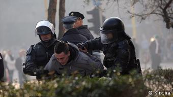 Policija privodi jednog demonstranta