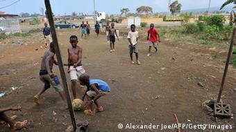 Kinder spielen Fußball Foto: ALEXANDER JOE/AFP/Getty Images