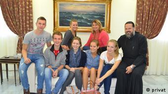 Οι γερμανοί νέοι που λαμβάνουν μέρος στο πρόγραμμα και ο πατέρας Νικόδημος στο ίδρυμα «Μ. Κόκκορη» της Αρχιεσπικοπής Αθηνών