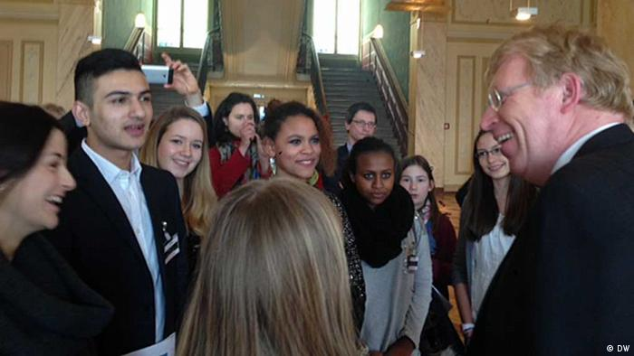Staatssekretär Ralf Kleindieck (r.) mit deutschen Jugendlichen in Genf
