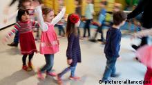 Kinder tanzen am 05.02.2014 bei einer Musikstunde durch die Kindertagesstätte Nazareth in Hannover (Niedersachsen) (Aufnahme mit langer Verschlusszeit). Im Sommer 2013 startete ein zweijähriges musikalisches Bildungsprojekt in insgesamt 50 Kindertagesstätten der evangelisch-lutherischen Landeskirche Hannovers. Einmal pro Woche singen, tanzen und musizieren Kinder im Alter von ein bis sechs Jahren. Foto: Julian Stratenschulte/dpa (ACHTUNG: Verwendung nur mit im Zusammenhang mit der Berichterstattung über das musikalische Bildungsprojekt der evangelisch-lutherischen Landeskirche.)