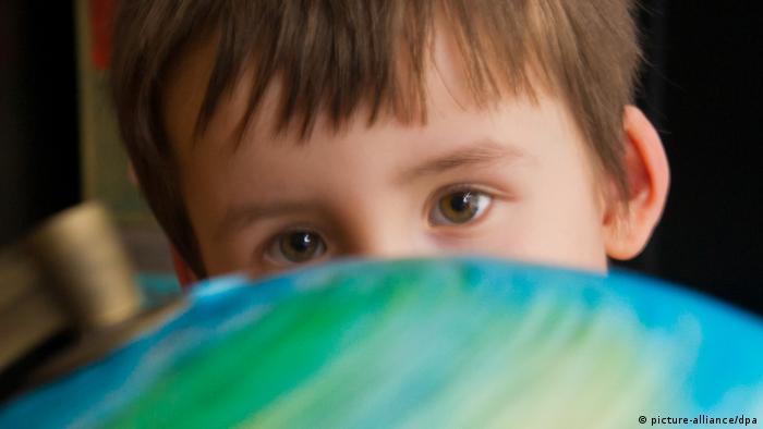 Junge mit Globus