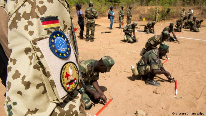 A German soldier in uniform is shown on a training mission in Mali (C) picture-alliance/dpa