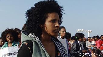 Shewit Ghezea bei einer Protestveranstaltung (Foto: DW/T. Krämer)