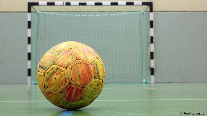 Handballtor, davor Ball liegend